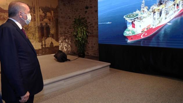 """Erdogan verfolgt das Auslaufen des türkischen Erdgas-Erkundungsschiffes Fatih (""""Eroberer"""") auf seinem großen Bildschirm. (Bild: AP)"""
