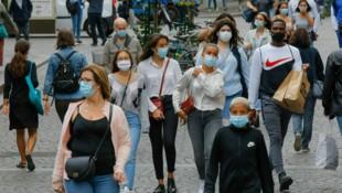 In Paris gilt nun auch im Freien eine Maskenpflicht. (Bild: AP)