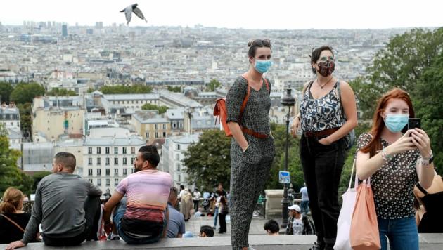 Die Zahlen in Frankreich steigen - in Paris etwa muss nun sogar im Freien Maske getragen werden. (Bild: AFP)