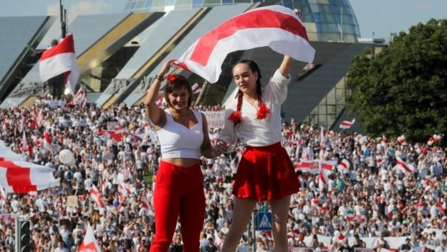 Frauen nehmen in der weißrussischen Protestbewegung eine entscheidende Rolle ein. (Bild: AP/Dmitri Lovetsky)