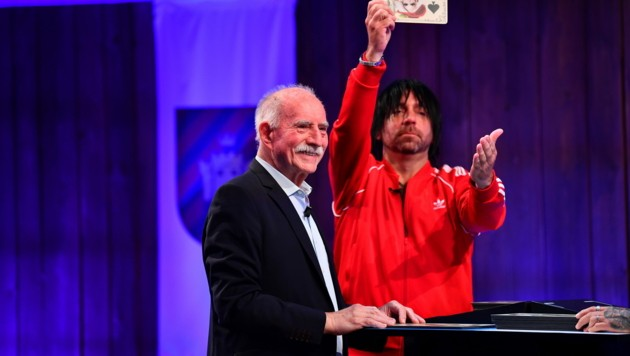 """Werner Hansch (li.) und Ikke Hüftgold beim Spiel das """"Märchen-Quartett"""" im Finale der Sendung."""