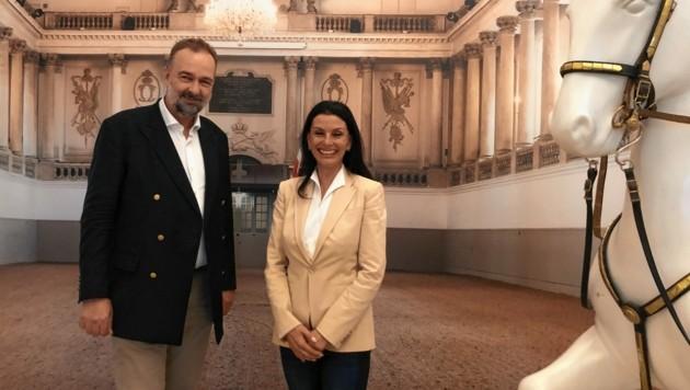 In den Hallen, die sein Vorfahre Kaiser Karl VI. erbaute: Karl Habsburg-Lothringen zusammen mit der Leiterin der Spanischen Hofreitschule Sonja Klima.