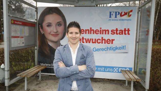 Ein Bild aus vergangen Tagen: Oliver Mitterlechner posiert vor einem FPÖ-Wahlplakat.