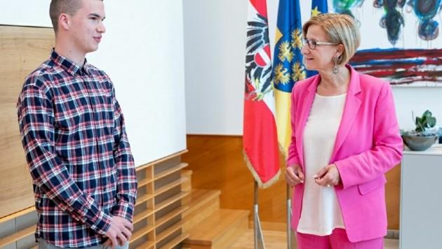Alexander Rauscher, IT-Experte für das Land im zweiten Lehrjahr, mit Mikl-Leitner.
