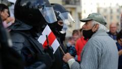 Die ausländische Berichterstattung ist der weißrussischen Führung offenbar ein Dorn im Auge - vielen Journalisten wurde nun die Akkreditierung entzogen. (Bild: AP/Dasha Sapranetskaya)
