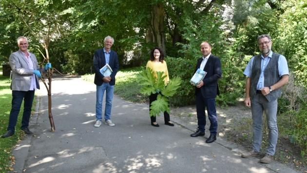 Neophyten-Experte Pagitz mit Dekan Paul Illmer (Fakultät für Biologie), den LH-Stellvertretern Ingrid Felipe und Josef Geisler sowie Reinhard Lentner vom Amt für Umweltschutz (v.li.)