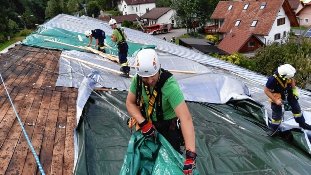 Windböen in Ferlach zerfetzten ein Zelt und deckten eine Lagerhalle ab.