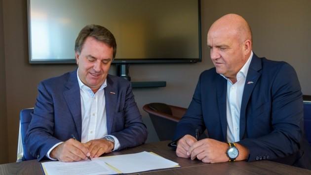 Die Sozialpartner Wolfgang Ecker (links) und Markus Wieser unterzeichneten den Pakt über Qualitätssicherung bei den Lehrabschlussprüfungen. (Bild: Josef Bollwein)
