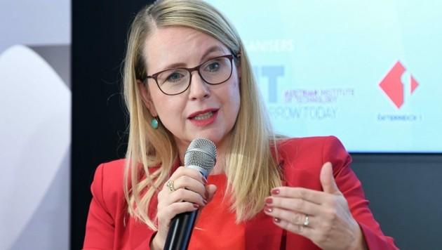 Wirtschaftsministerin Margarete Schramböck (ÖVP) ist davon überzeugt, dass die Investitionsprämie neue Arbeitsplätze schaffen wird. (Bild: APA/HELMUT FOHRINGER)