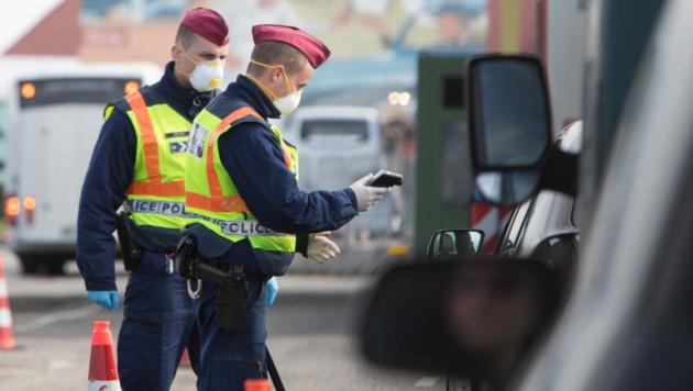 Ungarische Grenzkontrolle (Bild: APA/AFP/ALEX HALADA)