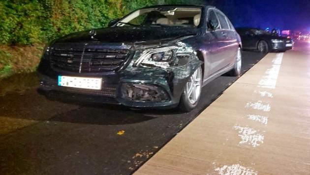 Das Fahrzeug von Kretschmann (l-r), ein Begleitfahrzeug sowie ein anderer am Unfall beteiligter Pkw (Dahinter) stehen nach einem Unfall am Straßenrand. (Bild: APA/Franziska Hessenauer)