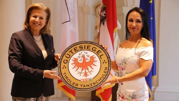 Landesrätin Patrizia Zoller-Frischauf (li.) mit Tanzschul-Geschäftsführerin Julia Polai. (Bild: Birbaumer Christof)