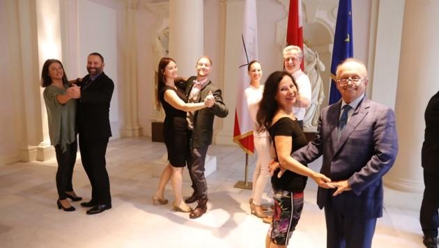 Fünf mit dem Gütesiegel ausgezeichnete Tiroler Tanzschulen luden zum Gespräch ins Landhaus. (Bild: Birbaumer Christof)