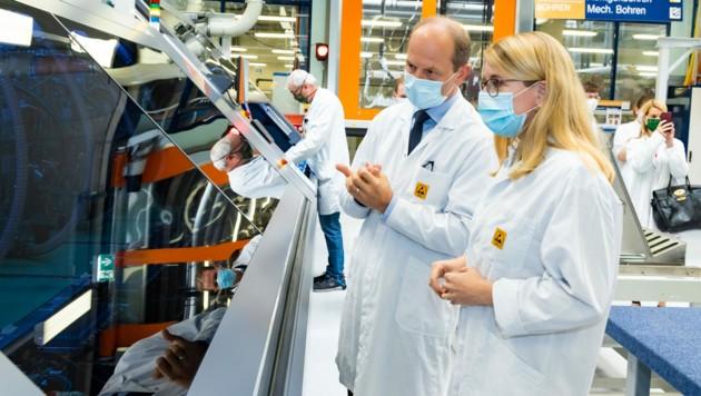 """Wirtschaftsministerin Margarete Schramböck, hier bei einer Werkführung mit AT&S-CEO Andreas Gerstenmayer, rechnet mit einer """"Wellenbewegung"""" bei der Wirtschaftsentwicklung. (Bild: APA/AT+S AG/WERNER KRUG)"""