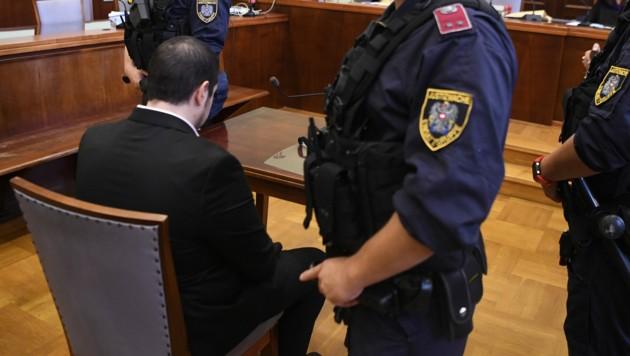 Der Angeklagte beim Prozessauftakt (Bild: APA/Robert Jäger)