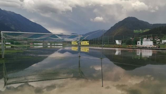 Der Fußballplatz steht unter Wasser. (Bild: SVG)