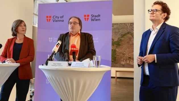 Birgit Hebein mit den Bezirksvertretern Gerhard Zatlokal (Mitte, Fünfhaus) und Markus Reiter (rechts, Neubau) (Bild: Zwefo)