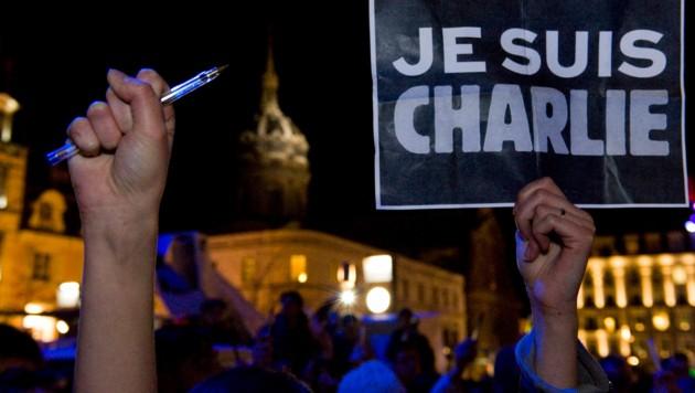 """Am Tag vor dem Prozessbeginn gegen die Beschuldigten des Anschlags auf """"Charlie Hebdo"""" veröffentlichte das Satiremagazin am Dienstag eine neue Mohammed-Karikatur. (Bild: AFP)"""