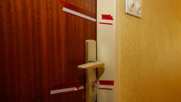 Durch diese Tür drang der Täter in die Wohnung des Mordopfers ein: Seither ist sie versiegelt (Bild: Tschepp Markus)