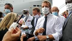 Frankreichs Präsident Emmanuel Macron begutachtet die Wiederaufbauarbeiten im Beiruter Hafen. (Bild: APA/AFP/POOL/Stephane LEMOUTON)