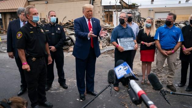 US-Präsident Donald Trump in Kenosha vor einem Gebäude, das bei den Ausschreitungen zerstört wurde