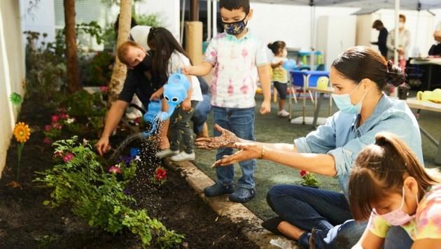 Herzogin Meghan und Prinz Harry halfen Vorschulkindern eines Lernzentrums in Los Angeles beim Blumenpflanzen. (Bild: twitter.com/TheLeague_LA/Matt Sayles)