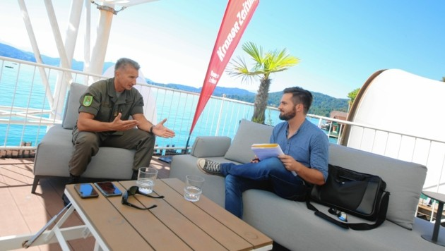 "Oberst Lekas im Interview in der ""Krone""-Sommerlounge. (Bild: Kamerawerk/Evelyn Hronek )"