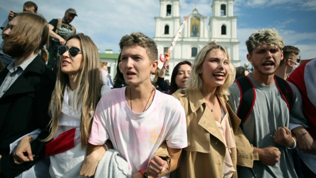 Bei den Studentenprotesten gegen Lukaschenko versammelten sich hunderte Studenten zu Beginn des neuen Semesters in Minsk. (Bild: AP)