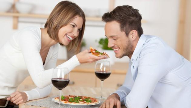 """Rotwein und Pizza können für manche Betroffene ein """"gefährlicher"""" Mix sein. (Bild: contrastwerkstatt/stock.adobe.com)"""