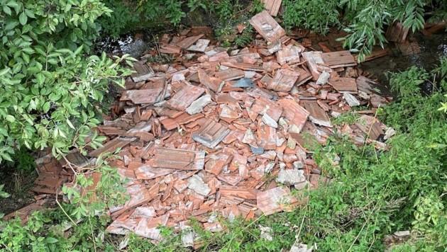 Wer die Dachziegel in den kleinen Bach geschüttet hat, ist noch unklar. (Bild: Volkspartei Gattendorf)