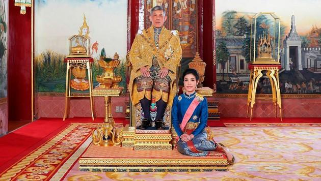 Der Thai-König verlieh seiner offiziellen Geliebten alle königlichen und militärischen Titel, nachdem er sie im vergangenen Herbst verstoßen hatte.