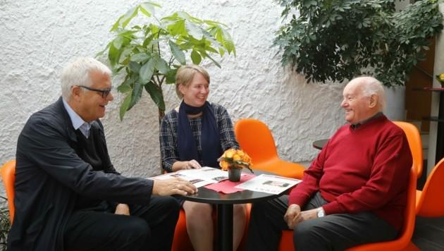 Ehrenpräsident Christoph Wötzer (li.) und Präsidentin Karoline Knittel freuen sich über Monsignore Helmut Gatterer, den neuen geistlichen Beirat der Vinzenzgemeinschaften Tirol.