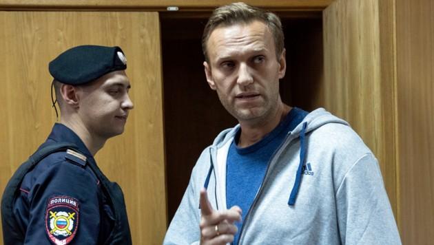 Nawalny in einem Moskauer Gerichtssaal (Archivbild 2018) (Bild: ASSOCIATED PRESS)
