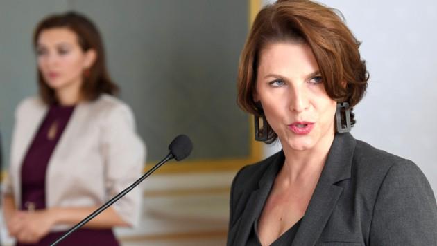Verfassungsministerin Karoline Edtstadler (Bild: APA/ROLAND SCHLAGER)