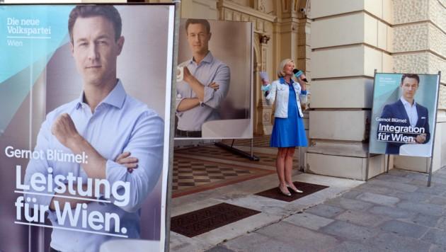 Die Wiener Landesgeschäftsführerin Bernadett Arnoldner bei der Präsentation der Wahlplakate der ÖVP