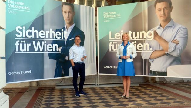 Peter L. Eppinger und Bernadette Arnoldner präsentierten die Sujets mit Spitzenkandidat Gernot Blümel. (Bild: APA/HERBERT PFARRHOFER)