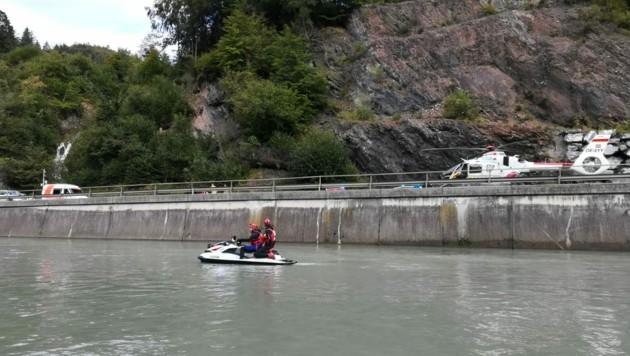 Mit einem Jetski suchten die Wasserretter die Salzach ab. (Bild: WR Salzburg)