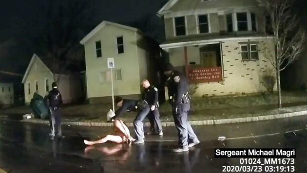 Der Fall Daniel Prude schockierten im Jahr 2020 die USA. Nackt und unbewaffnet wurde der Afroamerikaner von Polizisten im Staat New York auf die Straße gedrückt. Prude starb, die Autopsie war eindeutig - doch die Geschworenen entschieden sich gegen eine Anklage. (Bild: AP)