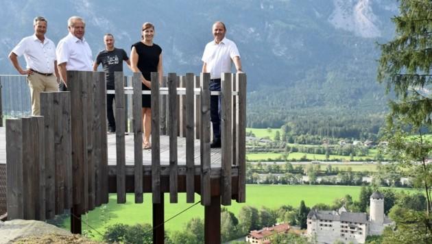 Landesforstdirektor Josef Fuchs, BM Johann Thaler, Manuel Hufnagl (TVB), Katharina Hechenberger und LHStv. Josef Geisler (v. links) auf der Aussichtsplattform. (Bild: Land Tirol/Enstrasser-Müller)
