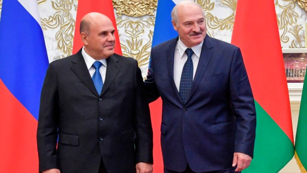 Der weißrussische Präsident Alexander Lukaschenko und Russlands Premierminister Michail Mischustin trafen sich am Donnerstag in Minsk. (Bild: AP)
