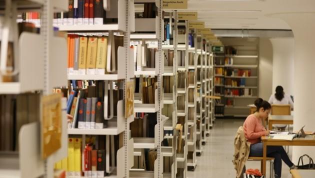 Noch ist es in der Bibliothek an der Jus-Fakultät ruhig, das Semester startet erst im Oktober. (Bild: Tschepp Markus)