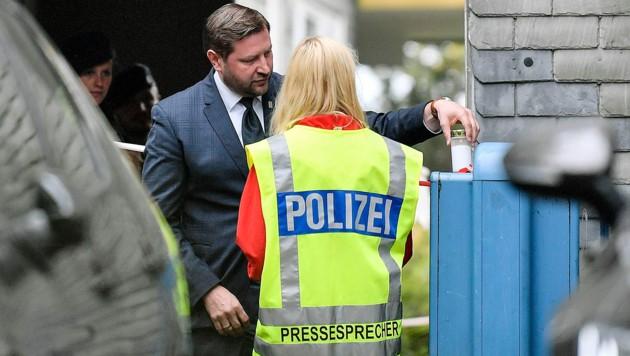 Tim Kurzbach, der Bürgermeister von Solingen, stellte vor dem Haus eine Kerze auf. (Bild: AP)