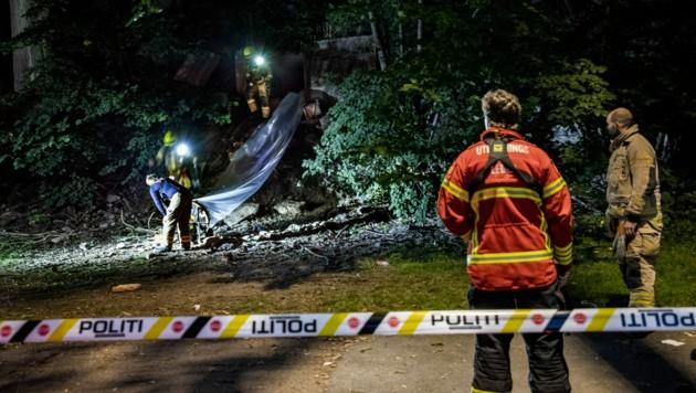 Polizei und Rettungskräfte vor dem Eingang zum unterirdischen Bunker (Bild: AP)