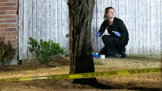 Eine Ermittlerin beim Tatort, an dem Polizisten den Tatverdächtigen des Mordes während der Demonstrationen am Sonntag erschossen haben. (Bild: AFP/Getty Images/Nathan Howard)