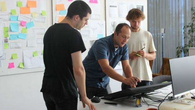 """Das Team rund um Edera Safety-Geschäftsführer Thomas Saier (m.) entwickelt die """"Flight Mask"""" (Bild: Andrea Dettenweitz)"""