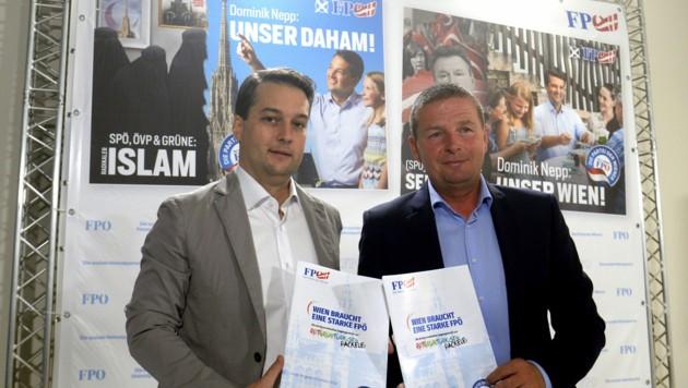 Der Wiener FPÖ-Spitzenkandidat Dominik Nepp und FPÖ-Klubobmann Toni Mahdalik präsentierten am Freitag die Plakatkampagne für die Wien-Wahl am 11. Oktober. (Bild: APA/HERBERT PFARRHOFER)