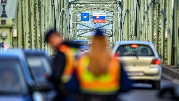 Kontrollen bei der Einreise in die Slowakei (Bild: APA/AFP/GERGELY BESENYEI)