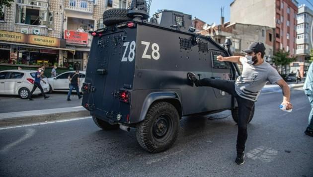 Beim Begräbnis von Ebru Timtik kam es zu Protesten gegen das Erdogan-Regime. Eine Woche später wurde jetzt ihr Anwaltskollege Aytac Ünsal aus der Haft entlassen. (Bild: AFP)