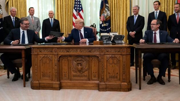 Der serbische Präsident Aleksandar Vucic hat gemeinsam mit US-Präsident Donald Trump und dem kosovarischen Premier Avdullah Hoti im Weißen Haus ein Abkommen zur Normalisierung der Wirtschaftsbeziehungen zwischen den beiden Balkan-Staaten unterzeichnet. (Bild: AP)