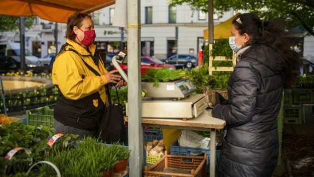 Aufgrund des Infektionsgeschehens in der tschechischen Hauptstadt führt Prag ab kommenden Mittwoch eine generelle Maskenpflicht in Geschäften ein. (Bild: AFP )
